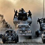 【戦争】ヒャッハー!ガチの死体を車にデコるマッドマックスばりのマジキチカーがの映像!