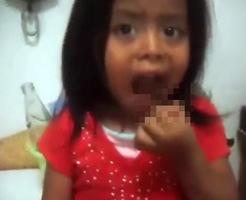 かわいい幼女に生きたゴキブリ食わせるゲス親! ※閲覧注意