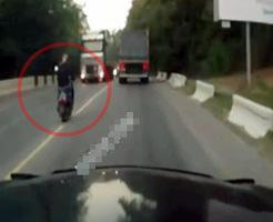 居眠り運転怖すぎだろ…女性ライダーの目の前から迫るトラック・・・