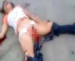 エログロ動画につき閲覧注意!パンツの中からナニカが飛び出てる少女の事故死体映像