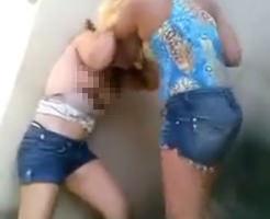 【喧嘩】暴力とエロの融合!ホットパンツ女子がおっぱい丸出しで殴り合いしてたから撮影したwwww