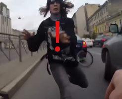 【ドラレコ映像】スマホを拾おうとした青年と自転車の正面衝突事故発生!!