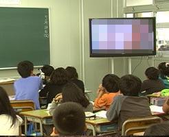 おもしろエロ|高校に設置されたTVにAVが流れる神ハプニングw生徒大興奮www