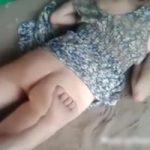 【エロ】レイプ被害者?酔っ払い?美女がマンコ丸出しで寝てたからカメラまわしてみた