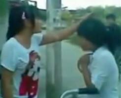 【いじめ】中学生くらいの女子のリアル暴行動画!最後はやっぱり脱がせるのな…=中国
