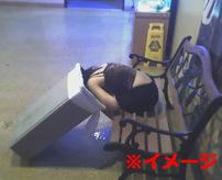 【本物レイプ動画】酔いつぶれた女性を連れ回して路上で犯す男、監視カメラに記録されていた