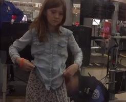 【エロ?】貴様、何か危険物を所持しておらんだろうな!?空港の手荷物検査で10歳の少女を入念に調べ上げた結果w