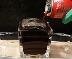 コーラのネガキャンじゃねぇかw胃酸にコーラ入れたらこんな風になるんだなw