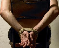 【閲覧注意】これ後々殺されそう…炙った刃物で拷問される男性がむごい