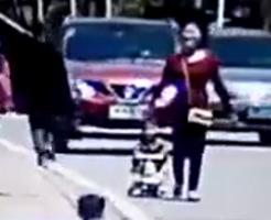 一緒にほのぼのお散歩…のはずがベビーカーの子供だけ7秒後に車に踏み潰されます