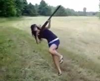 ミニスカの華奢な女の子がライフル撃った結果…反動で盛大にやらかす