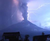 【閲覧注意】「山が怒っている」噴火して飲み込まれた村、火砕流に巻き込まれ40人死亡=インドネシア