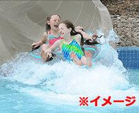 【事故】きゃー怖いからちょっとずつ滑ったろ!ウォータースライダーでゆっくり滑ってた女性、背後から突き飛ばされる