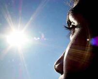 眼球ファイヤー!天文学者「日食を直視するとこんな感じで目やられるよー」と検証実験!