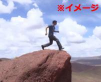 【衝撃】どうして飛べると思ったのか!?目測誤り地面激突した少年のクレイジージャンプ!