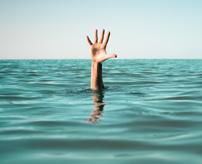 水遊び中の事故!女が不用意に足を踏み外し溺れ姿消すまでの一部始終...