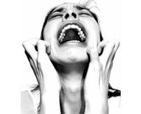 【閲覧注意】交通事故で亡くなった少女の死体の側には泣き喚く母と脳みそが...