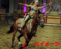 馬術パフォーマーの美女、観客の前で馬に引きずられて死亡
