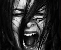【恐怖】股間にぬりぬり!浮気して捕まった間女が取り押さえられて、唐辛子を塗りたくられる様子をご覧ください…