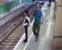【衝撃】背後からドーン!ホームで電車待つ女性を突き落す瞬間がこちら...
