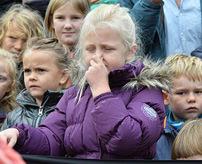 子供は興味津々!教育かそれとも単なる野蛮行為か?動物の解体ショーを見せる動物園