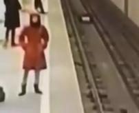 【青い鯨】自殺ゲーム?この赤いコートの女性が電車に挟まれて死ぬ瞬間…死体あり