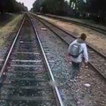 周囲を確認せず線路を渡る少年が列車に轢かれ即死する悲しい映像