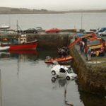 【衝撃】繰り返す信じられない致命的ミス!海に落ちた車を救出する牽引車が...=アイルランド