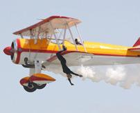 飛行機の翼で歩いたりぶら下がったりしていた女性曲芸士、墜落死する瞬間