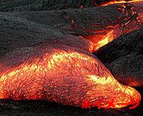 火山の隙間に落ちたカメラが奇跡的に記録した溶岩の近距離映像
