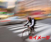【衝撃】油断禁物!爽快に走るサイクリストがカーブで車に激突する事故瞬間映像