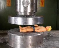 あっすまんすまん!油圧機器で同僚を押しつぶす致命的ミス