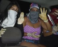 【閲覧注意】首都第一コマンド(PCC)所属の女の殺し屋、拉致した女性を50回刺して斬首する