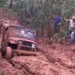 【事故】泥道にハマった車を牽引中にワイヤーロープが切れ運転手は死亡...