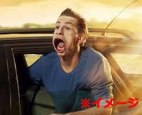 バスの窓から顔を出していた男性、首がほぼ千切れる