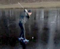 凍った湖でゴルフ!?まるでコントのようなフルスイング後の結末w