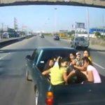 【事故】危険!ピックアップトラックの荷台に乗る女性集団が吹っ飛ぶ瞬間映像!