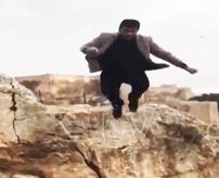 【ダーウィン賞】SNS映えのため崖付近からジャンプ動画撮影 → 着地によろめいて転落死