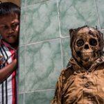 死者が蘇る「死体洗い祭り」 土葬の墓を掘り起こしてミイラをドレスアップする奇祭