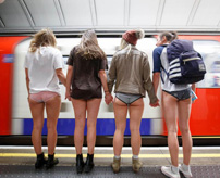 【エロ】パンツ丸出しで地下鉄に乗ろう!悪ふざけから始まったイベント「No Pants Subway Ride」がたまらない!