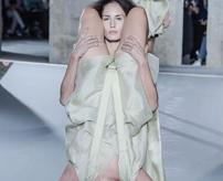 ファッション最先端、パリコレの人間バックパックがシュールすぎる