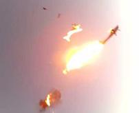 スカイダイビングで飛行機が空中接触で炎上墜落、乗客が投げ出される