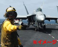 空母甲板の作業員、カタパルト噴射された飛行機と接触して頭が飛ぶ
