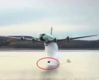 航空機から反跳爆弾というドラム缶の様な形の爆弾を投下しダム決壊させる映像です。 水切りのように水面をぴょんぴょん跳ねていく爆弾すごいですな この映像は第二次世界大戦中、実際に行われた作戦の再現らしいです。 作戦名はチャスタイズ作戦と命名されイギリス軍がドイツの工業地帯を無力化するために行われました。また作戦を行った部隊は「ダムバスターズ(ダム攻撃隊)」と呼ばれたそうです。