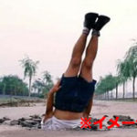 【ダーウィン賞】筋肉ムキムキマッチョマン ボディービルダーが観客の前で首の骨を折って死亡