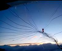 ピキピキピキ…高度9800メートルで飛行機の窓にちょっとずつヒビが…