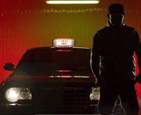 強盗犯を隣に乗せてしまったタクシー運転手、車内で刺されまくって死ぬ