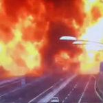 [トラック][トラック][タンクローリー]の追突事故 ← 文字通り大爆発で70人が死傷