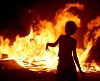 熱熱熱!炎にまかれて窓から脱出するもあえなく死亡…