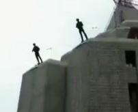 アクション撮影でビルからダイブ、頭から着地…